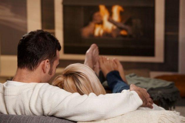 Семейная пара в теплом деревянном доме